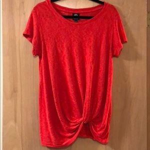 Red tee in nice material with a twist at the hem